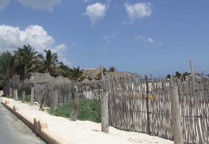 Zonas que antes eran entradas para llegar a la playa, ahora tienen cercas que impiden el paso a la costa tulumnense.  (Rossy López/SIPSE)