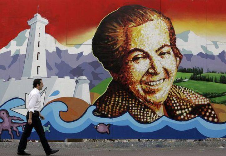 Mural pintado con el rostro de la chilena Premio Nobel de Literatura, Gabriela Mistral, instalado en el edificio Diego Portales en Santiago de Chile. (Archivo/EFE)