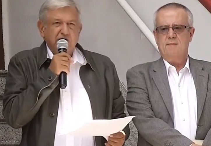 Andrés Manuel López Obrador afirmó que se va a financiar el desarrollo del país con ahorros, sin contratar más deudas. (Twitter)