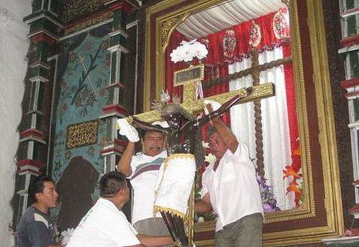 Con la bajada del Cristo Negro de su nicho iniciaron las festividades en Sitilpech, municipio de Izamal. (SIPSE)