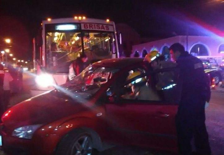 Un auto recibió el impacto de un autobús en el Centro de Mérida. No se registraron lesionados. (Ana Hernández/SIPSE)