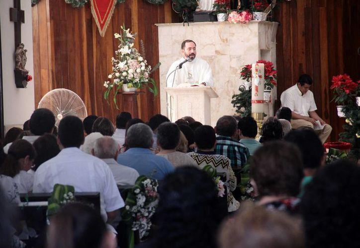 Decenas de feligreses participaron en la misa que celebró el padre Cervera Domani en la fiesta de la Sagrada Familia. (Jorge Acosta/SIPSE)