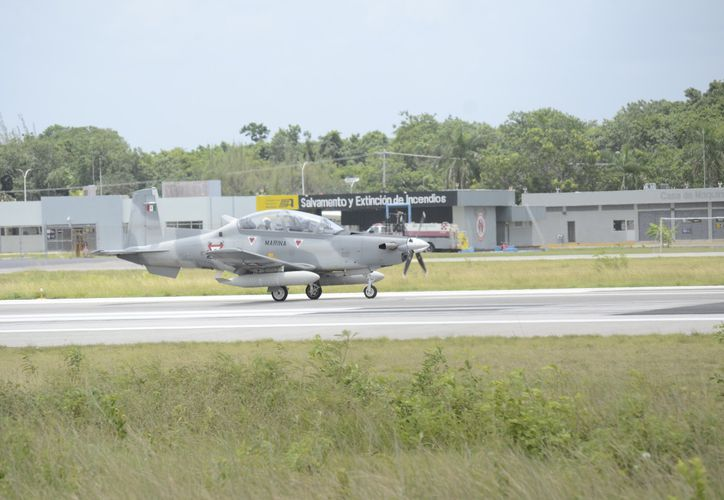 """El """"Texano"""", como se le conoce al avión T-6C de la compañía HawkerBeechcraft, aterrizó de emergencia ayer en Chetumal. (Joel Zamora/SIPSE)"""