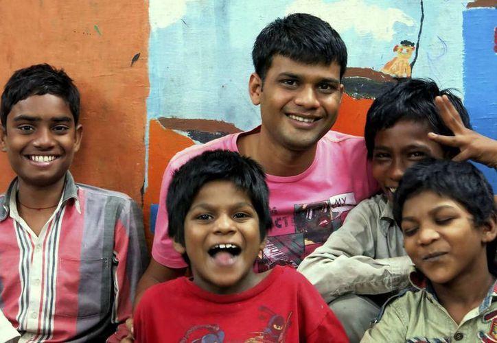 El joven fotógrafo Vicky Roy (c), acompañado de cuatro niños de la calle acogidos en el centro SBT de Nueva Delhi. (EFE)