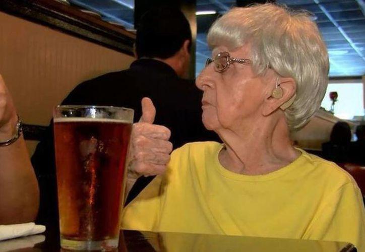 De acuerdo con un estudio las personas que consumen alcohol moderadamente tienen menos riesgo de morir jóvenes. (www.mendozapost.com)
