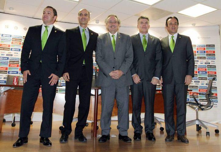 De izquierda a derecha: Santiago Baños, Guillermo Cantú, Decio de María, Héctor González Iñárritu y Fernando Cerrilla. Nuevos directivos de la Femexfut.  (Notimex)