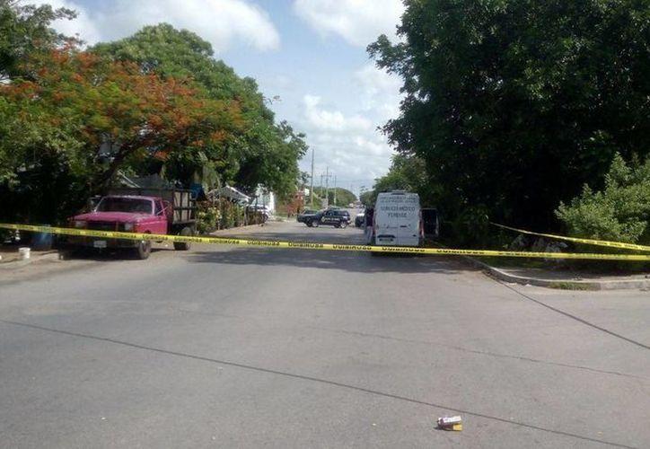 El cuerpo de la mujer fue encontrado en un área verde del camellón central de la avenida Chac Mool. (Eric Galindo/SIPSE)