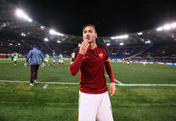 Francesco Totti, quien el fin de semana anotó su gol 250 en la Primera División de Italia, cumple 40 años. (EFE)