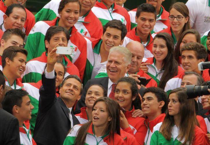 El presidente Enrique Peña Nieto se tomó una 'usie' con un grupo de los  78 atletas mexicanos que acudirán a los Juegos Olímpicos de la Juventud Nanjing 2014. (Foto: Notimex)