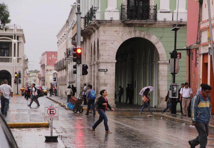 Los nublados y lloviznas acompañan a los meridanos desde la mañana de este miércoles. (José Acosta/SIPSE)