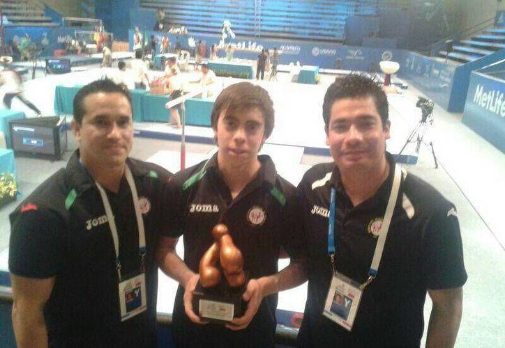 Arturo Juárez (c) fue el único yucateco en el Abierto Mundial de Gimnasia. (Milenio Novedades)