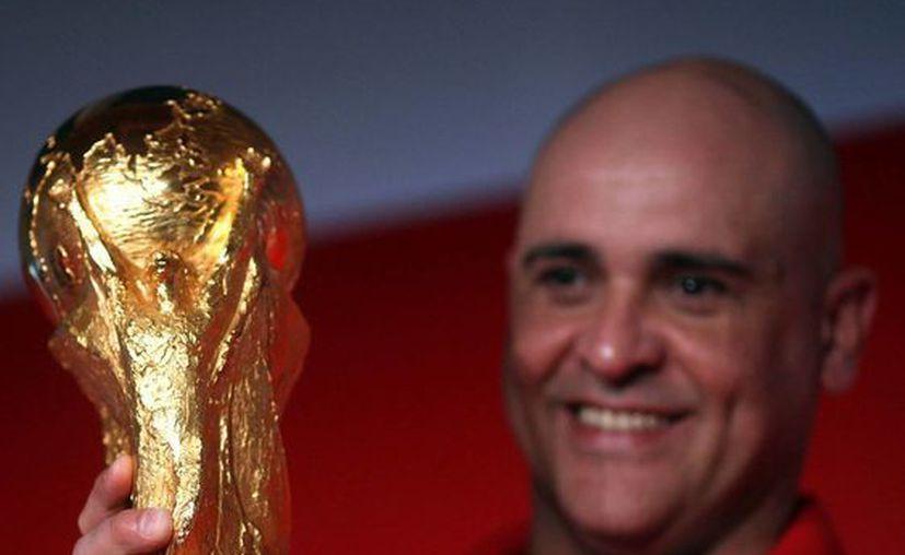 Marcos, campeón mundial en 2002 con la selección brasileña, con la Copa del Mundo de Brasil 2014. (EFE)