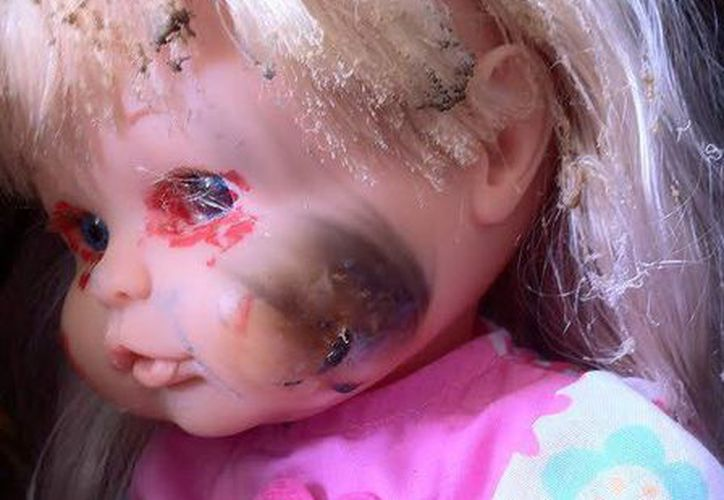 "La muñeca manchada de sangre apareció en los baños de la primaria ""Andrés Quintana Roo"" de Calotmul. (Jorge Moreno/SIPSE)"