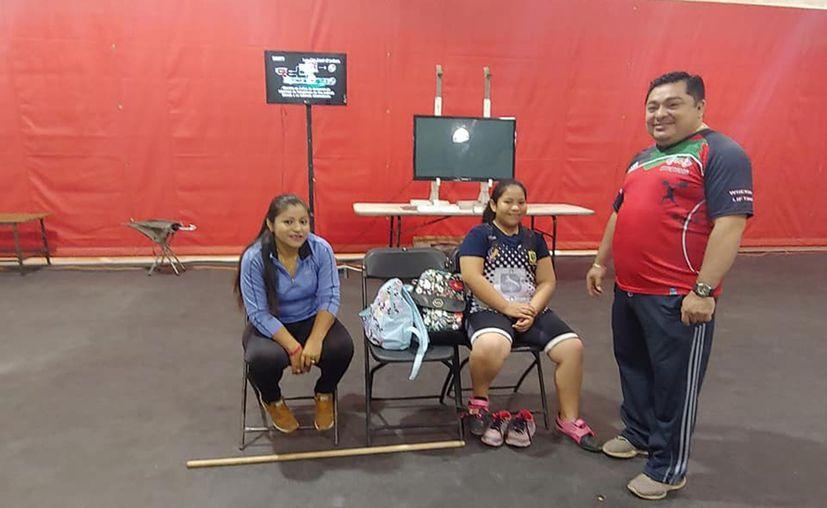 Lázaro Medina continúa trabajando con las futuras estrellas de la halterofilia mexicana. (Novedades Yucatán)