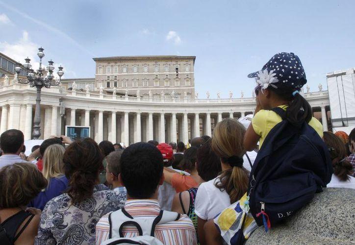 Fieles reunidos en la Plaza de San Pedro escuchan el mensaje del Papa Francisco, este domingo 1 de septiembre. (AP)