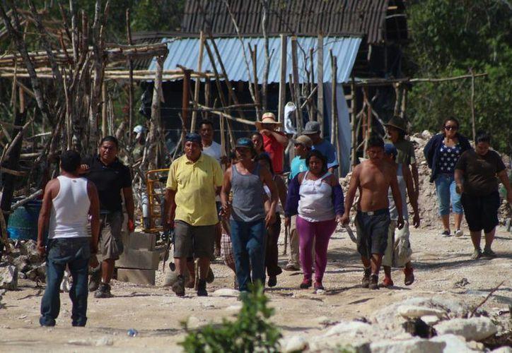Un grupo de habitantes de la zona invadida conocida como In House salieron a 'defender' sus predios. (Adrián Barreto/SIPSE)