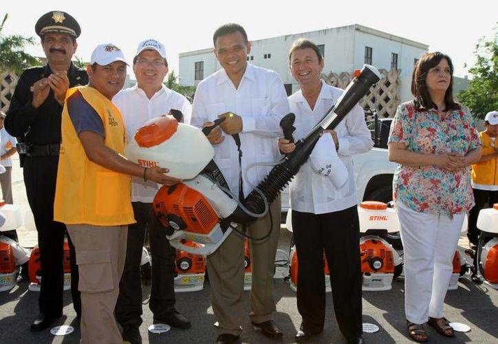 Ayer, el gobernador Rolando Zapata entregó motomochilas y máquinas para reforzar el combate al dengue. (Cortesía)