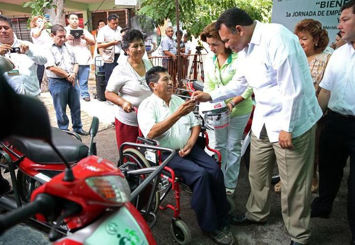 El Gobierno entregó 10 motos para que discapacitados pueden acudir a su empleo. (Cortesía)