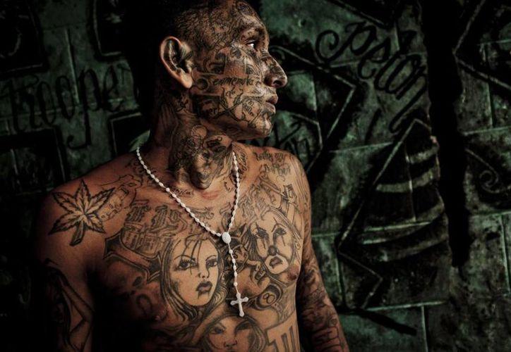 Los líderes de las pandillas Mara Salvatrucha MS13 y el Barrio 18 acordaron una tregua entre ellos para dejar de matarse y bajar la cifra de muertes violentas. (Internet)