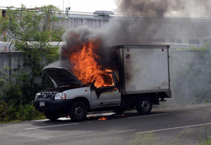 El fuego consumió la mayor parte de la cabina de la camioneta. Sucedió en el kilómetro 20 del periférico de esta ciudad. (Milenio Novedades)