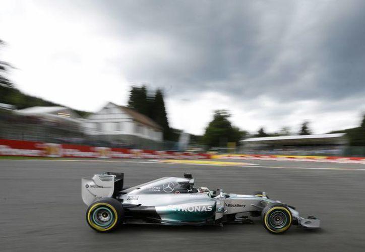 Por la tarde la vuelta más rápida de Lewis Hamilton en las prácticas del GP de Bélgica le tomó 1 minuto, 49.189 segundos. (Foto: AP)