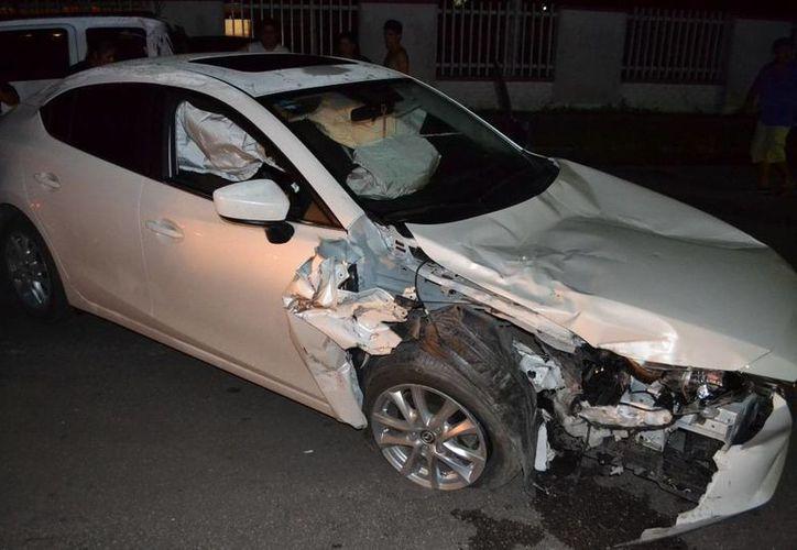 El automóvil Mazda, fue enviado al corralón hasta que se realice el deslinde de responsabilidades. (Cortesía)