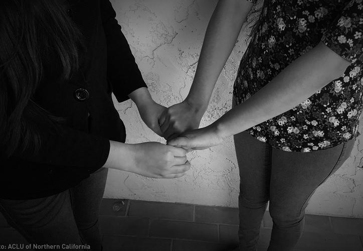 Las mujeres de 20 años y su hermana de 17 hicieron la denuncia pública del abuso sexual. (ACLU).