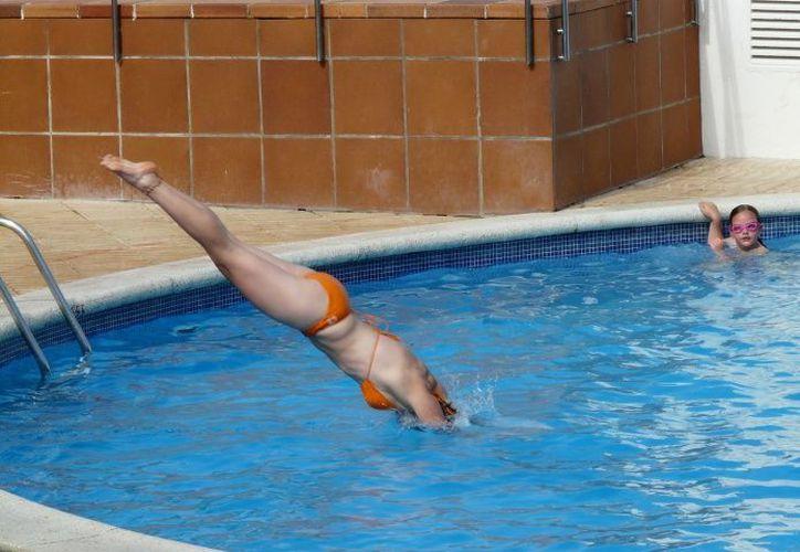 Las instrucciones para echar cloro de forma segura en una piscina normalmente son de un máximo de 4 partes . (Foto: Pixabay)