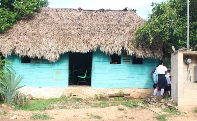 El edificio presenta serias deficiencias en su estructura, tales como el techo. (Benjamin Pat/SIPSE)