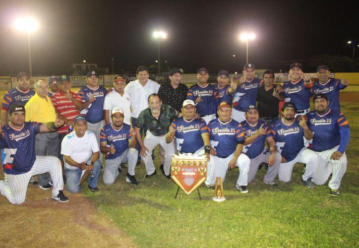 La premiación estuvo a cargo  del presidente de la Liga, Juan Meléndez, del director de Deportes, Carlos Palma, y del secretario general del SNTE, Fermín Pérez. (Miguel Maldonado/SIPSE)
