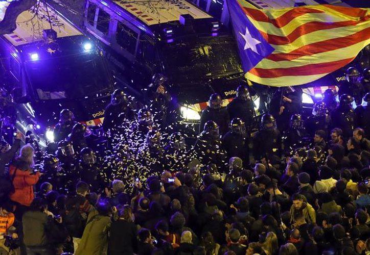 Los manifestantes se trasladaron a la Delegación del gobierno de Barcelona con pancartas y banderas independentistas. (Foto: Reuters)