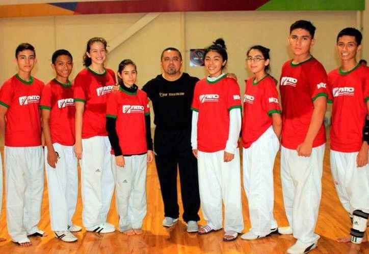 Armando Lara(centro) inventó poseer el título de quinto dan de TKD, para poder encabezar la Asociación yucateca de la disciplina de artes marciales.(Foto tomada del IDEY)