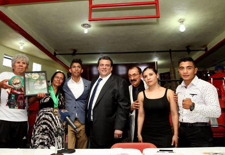 Mauricio Sulaimán (c) dijo en el gimnasio 'Rey Carlos I' en Otumba, Estado de México, que desea que haya un combate de box en las ruinas de Teotihuacan. (Notimex)