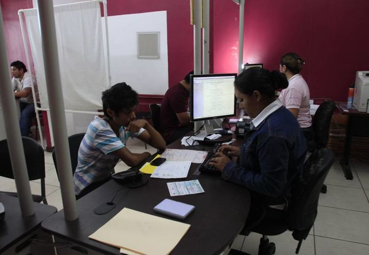 Autoridades del INE invitan a los jóvenes que cumplan 18 años antes del 7 de junio a que acudan tramitar su credencial. (Harold Alcocer/SIPSE)