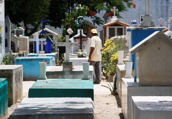 En el panteón municipal de Solidaridad ya se comenzó a implementar el método de tumbas verticales para aprovechar mejor el poco espacio que queda.  (Octavio Martínez/SIPSE)