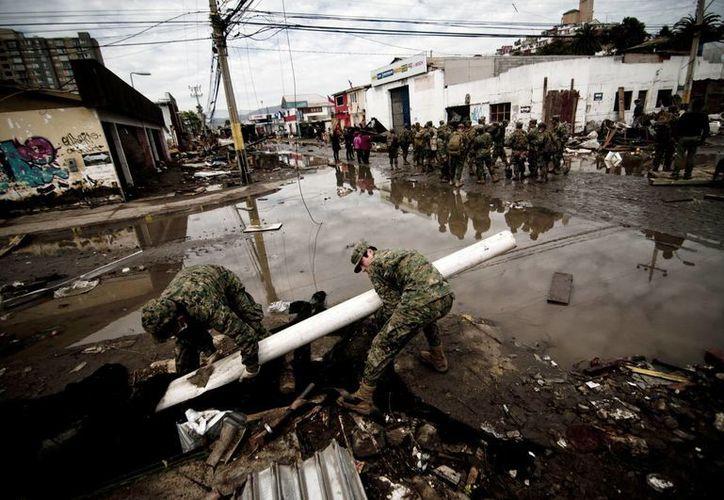 Numerosos soldados participaron este sábado en las labores de limpieza de Chile, tras el último terremoto de 8.4 en la escala Richter y las réplicas posteriores. (EFE)