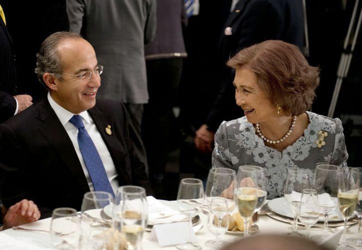 Calderón junto a la reina Sofia de España durante  la cena en el marco de la XXII Cumbre Iberoamericana de jefes de Estado y de Gobierno. (Notimex)