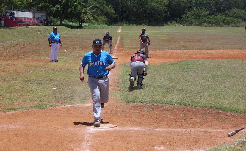 Arlequines del Jurídico y Drink Team emparejaron las series de playoffs de semifinales de la Liga de Softbol de Proterritorio. (Miguel Maldonado/SIPSE)