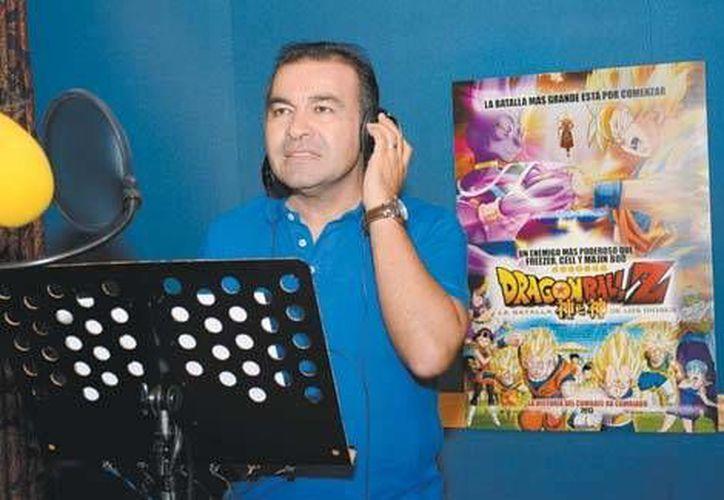 Mario Castañeda considera que la falta de recurso humano llegó con el <i>boom</i> de doblaje en los años 90 con <i>Los Simpson</i> y las series de anime como <i>Los caballeros del Zodiaco</i> y <i>Dragon Ball</i> (Milenio Digital)