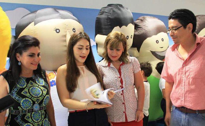 Las diputadas Maritza Medina Díaz, Susana Hurtado Vallejo y Perla Tun Pech, asistieron a la presentación de los cuentos infantiles. (Cortesía/Uqroo)
