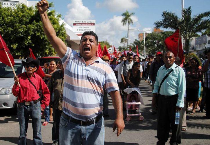 Antorchistas gritaron consignas durante su manifestación en contra del gobierno estatal. (Harold Alcocer/SIPSE)