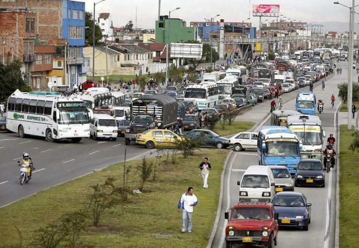 El 44 % de las vías de Bogotá está en mal estado, según el Instituto de Desarrollo Urbano. (EFE/Archivo)