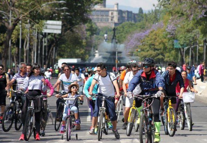 Se lleva a cabo en Paseo de la Reforma la octava carrera de una empresa cinematográfica de 10 y 15 kilómetros. (Notimex)