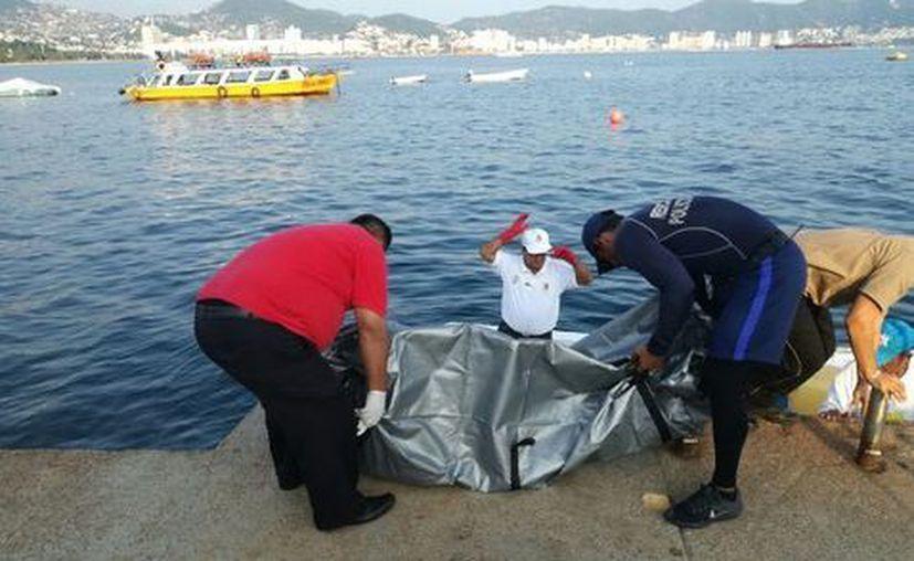 Las féminas de alrededor de 60 años, se quitaron el chaleco salvavidas e ingresaron al agua. (Foto: Milenio)