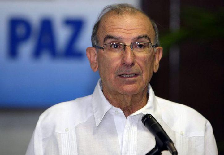 El jefe de la delegación de paz del Gobierno colombiano, el exvicepresidente Humberto de la Calle, lee un comunicado antes de las conversaciones de paz con representantes de las FARC, en el Palacio de Convenciones en La Habana, Cuba. (EFE)
