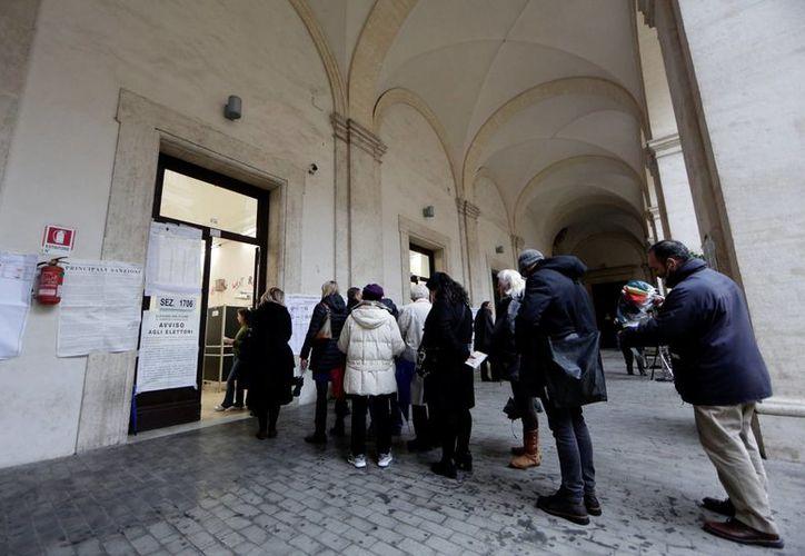 Ciudadanos esperan su turno para votar en una casilla de Roma. (Reuters)