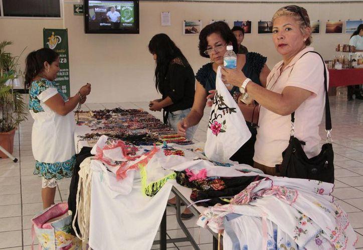 Mujeres mayas presentaron su respectivo producto en la universidad. (Tomás Álvarez/SIPSE)