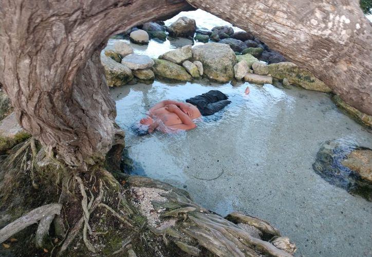 Un hombre tendido en el agua causó alerta entre elementos de seguridad ayer por la tarde. (Redacción/SIPSE)