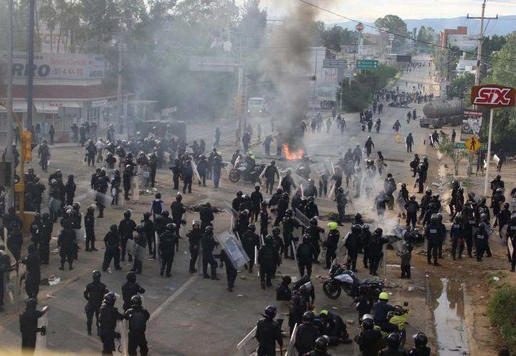 Las 23 personas fueron detenidas por el enfrentamiento del domingo en Nochixtlán, que dejó ocho muertos y más de 100 heridos. (Agencias)