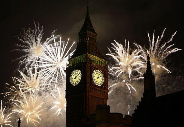 Londres, capital del Reino Unido, es una de las ciudades que aumentó su seguridad debido a las amenazas del yihadista Estado Islámico. Cada 31 de diciembre, miles de británicos y turistas se congregan a las orillas del Támesis para celebrar la llegada del Año Nuevo. (Archivo/AP)